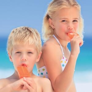 Kids eating ice creams